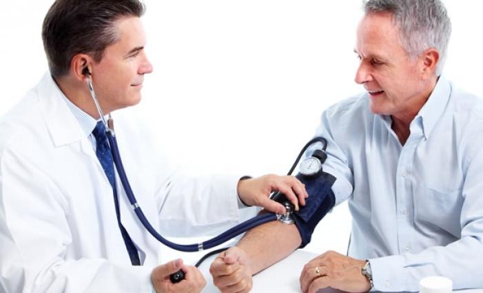 Uno dei nostri specialisti durante la misurazione della pressione arteriosa